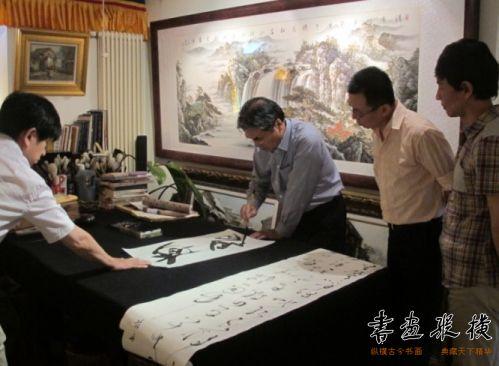 日本高木圣雨同中国书法家范舟研习书法