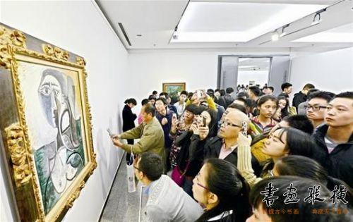毕加索的《坐着的女人半身像》记者曲严王永胜摄