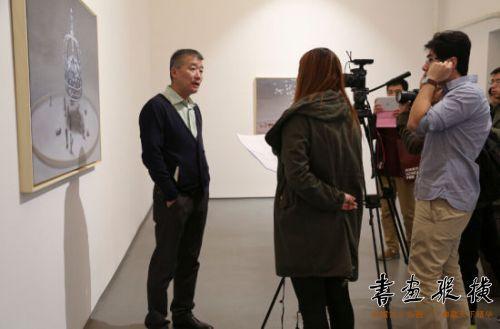 艺术家茹小凡接受媒体采访