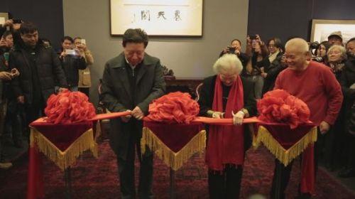 中国文联主席孙家正先生和李可染先生夫人邹佩珠先生剪彩