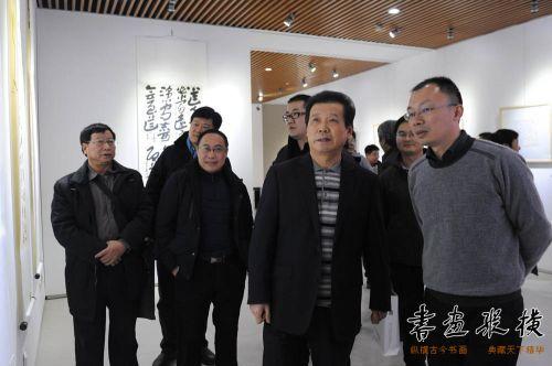 中国书法家协会副主席言恭达观看展览