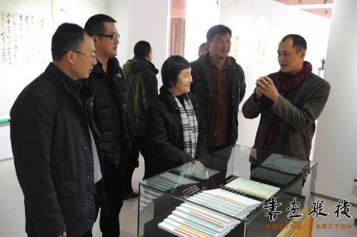 舒杰为中国文联副主席杨承志介绍展览情况