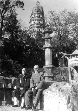 丰子恺(右)与友人在虎丘塔下留影 杨朝婴供图