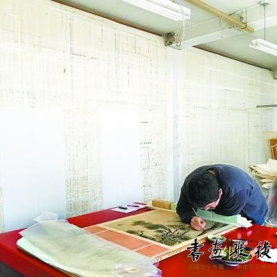 64岁故宫医画人工作40年 曾修复世界最早绢本绘画