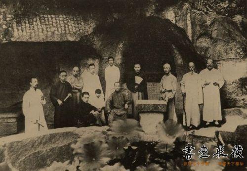 吴昌硕(中坐者)与友人在西泠印社合影