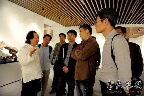 九三学社中央书画院副秘书长张德林同作者们探讨书法