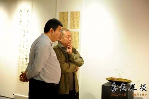 上海市青年书协主席卢新元陪同《中国书法报》副主编王登科观看展览