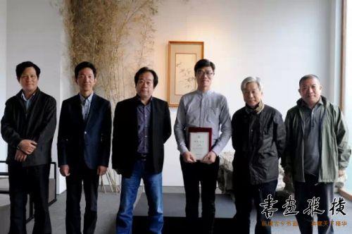丁申阳、潘善助、李胜洪、高庆春、王登科代表北京水墨艺术馆向参展作者颁发证书