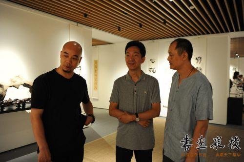 中国书协理事、中国文联书法艺术中心副主任高庆春观看展览