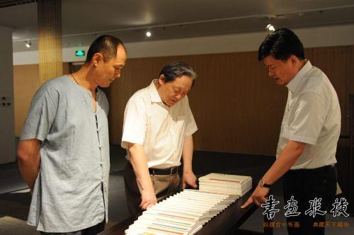 中央直属机关书画协会主席、中国书协理事武春河观看展览