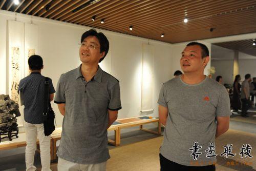 中国书协理事、《中华书画家》杂志副总编张公者观看展览