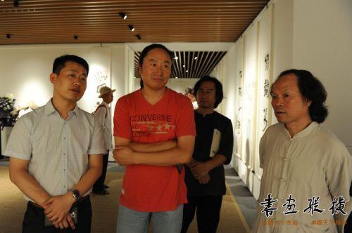 中国书协青少年工作委员会秘书长李强,九三学社中央书画院副秘书长张德林观看展览