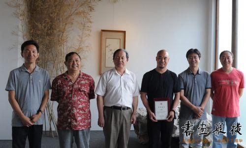 武春河、高庆春、曾翔、张公者、李强为提名作者颁发证书