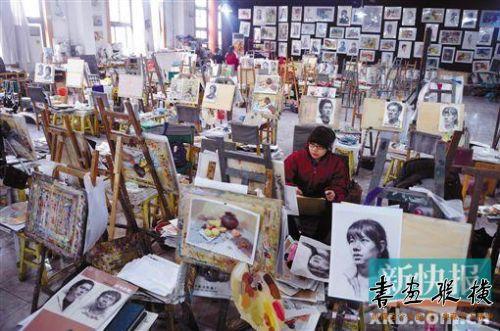 美术考前培训学校的考生正在紧张备考。CFP供图(资料图片)