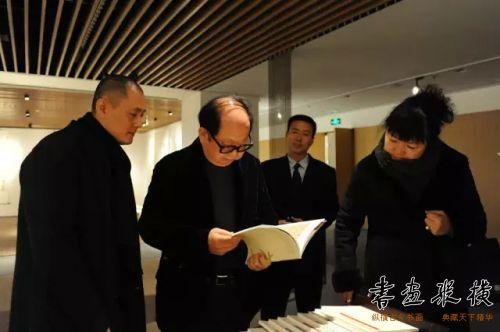 北京水墨艺术馆馆长舒杰陪同中央文史馆馆员、中华文化促进会副主席、著名作曲家王立平观看展览