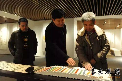 中国书协理事杨中良陪同中国艺术研究院艺术创作中心主任杨华山观看展览