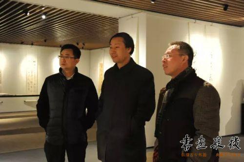 中国书协理事、人民画报书画院秘书长白景峰同参展作者观看展览