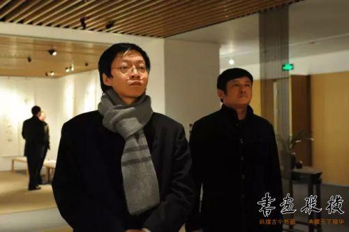 中国职工书协副主席施恩波观看展览
