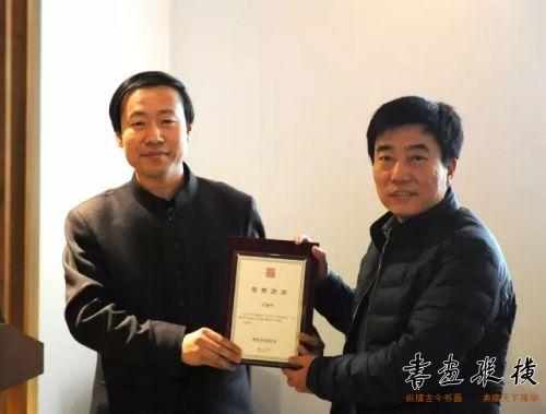 白景峰为参展作者王雨生颁发提名证书