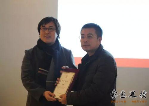 孟繁韶为参展作者李渊涛颁发提名证书