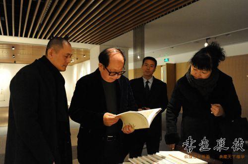 2中国书协理事杨中良陪同中国艺术研究院艺术创作中心主任杨华山观看展览