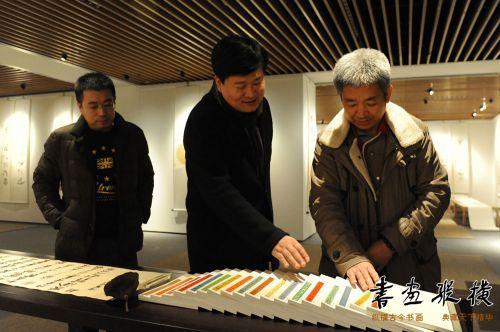 3中国书协理事杨中良陪同中国艺术研究院艺术创作中心主任杨华山观看展览