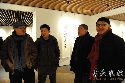 7品逸文化艺术总监李文亮,《品逸》杂志执行主编汪为新,著名画家元社社员高英柱观看展览