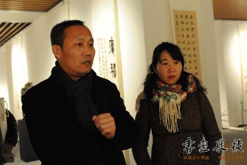 6中国金融书协副主席兼秘书长韩启超观看展览