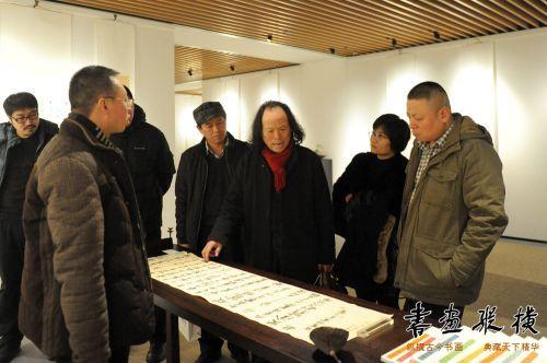 8中国国家画院沈鹏工作室助教张德林同参展作者观看展览