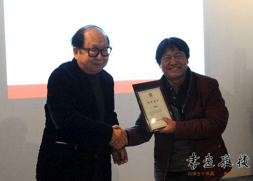 10王立平为参展作者王建魁颁发提名证书