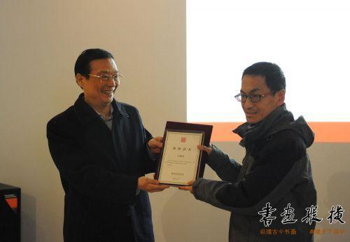 12王亚为参展作者左建春颁发提名证书