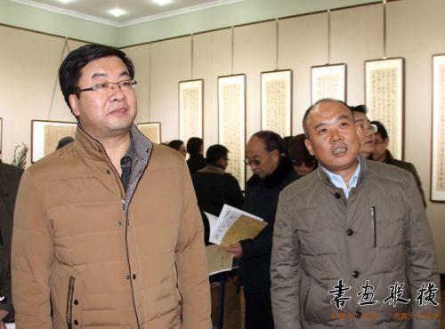 杨新国陪同王正茂部长介绍展览情况