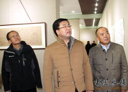 刘雁翔、杨新国陪同王正茂部长观察展览