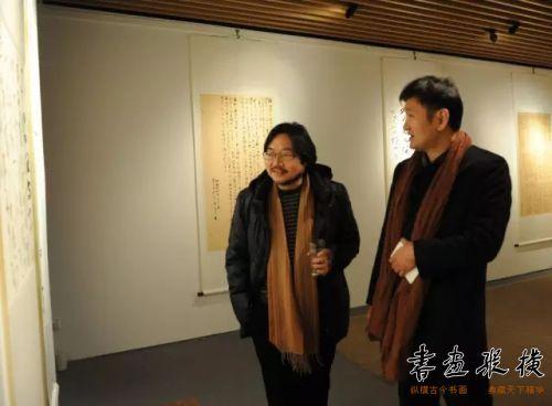 ◎中国国家画院教学中心副主任马啸,宝续堂学术总监刘显超观看展览◎