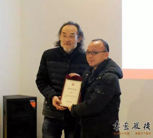 ◎崔志强代表北京水墨艺术馆为参展作者余乐军颁发提名证书◎