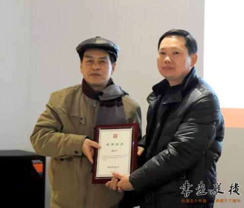 ◎韦克义代表北京水墨艺术馆为参展作者刘蒙平颁发提名证书◎