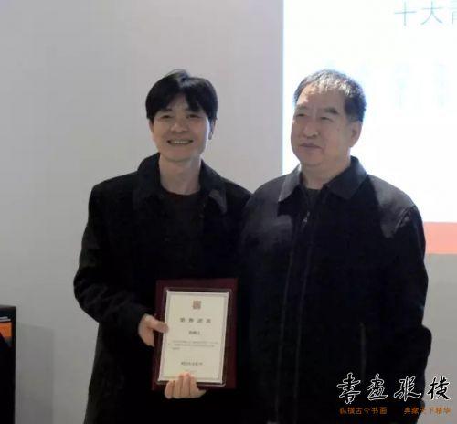 ◎张岳永将军代表北京水墨艺术馆为参展作者唐楷之颁发提名证书◎