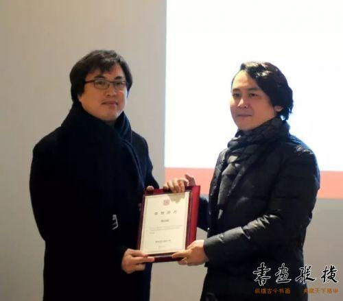 ◎孟繁韶代表北京水墨艺术馆为参展作者傅绍尉颁发提名证书◎