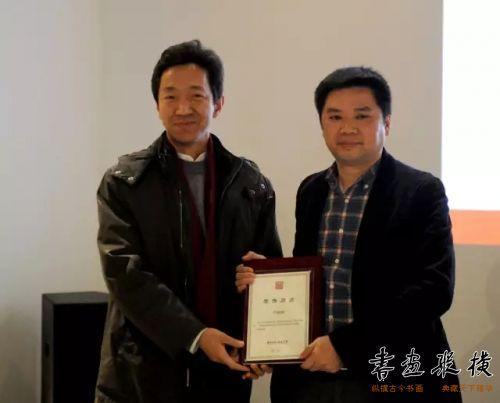 ◎高庆春代表北京水墨艺术馆为参展作者卢培钊颁发提名证书◎