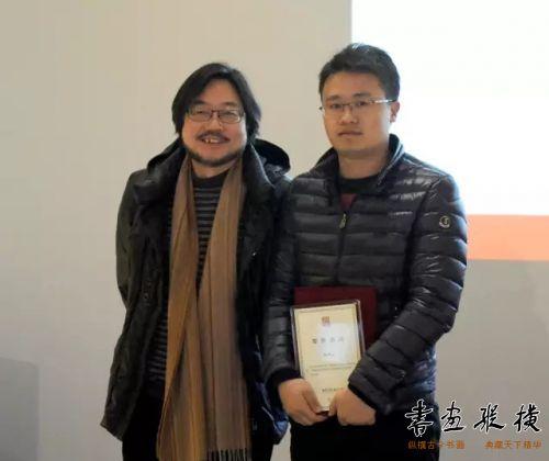 ◎马啸代表北京水墨艺术馆为参展作者杨科云颁发提名证书◎
