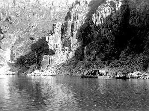 1936年,张佐周拍摄的公路修筑之前的褒河摆渡船