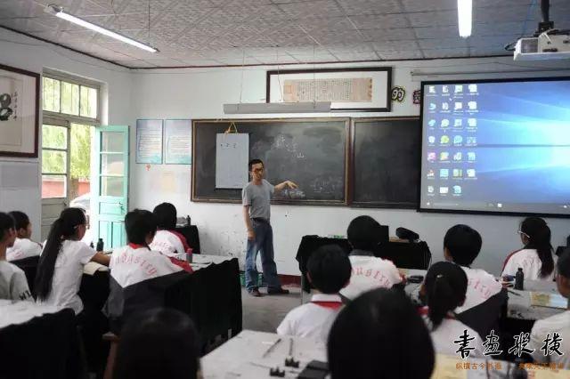 《艺苑弥珍》执行主编左建春为京博希望小学的师生讲授书法课
