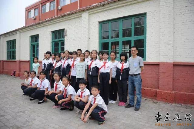 左建春老师和同学们合影