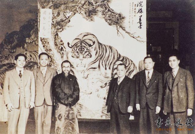 7 1939年10月,张善孖所作《虎踞龙蟠图》由美国芝加哥安良公会出资国币一万元购藏并合影留念(左三为张善孖)