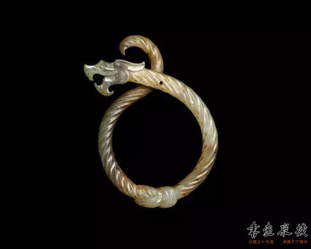 战国 绞丝龙形玉佩 纽约大都会博物馆藏