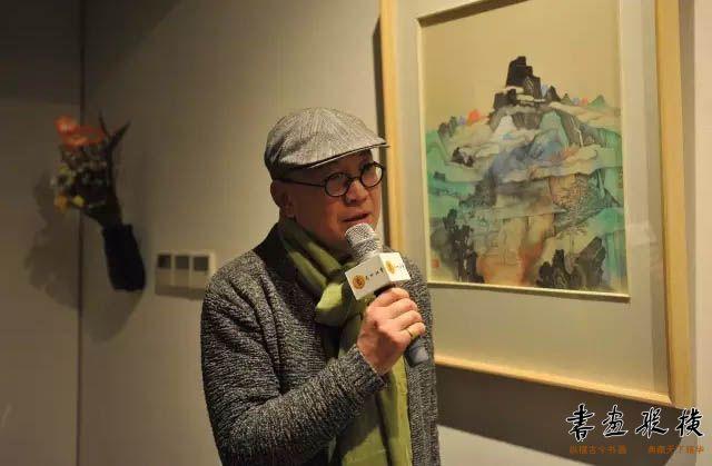 ▲画家王秋人在展览现场接受艺加拍卖采访