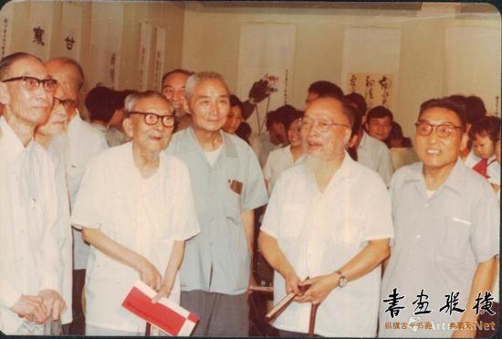 """1980年6月,""""钱君匋书画篆刻装帧作品展""""在上海隆重开幕,朱屺瞻、钱镜塘、沈迈士、王个簃、陈巨来等参加开幕式"""