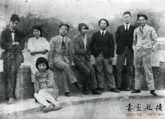 1928年,钱君匋和友人于西泠桥上留影。右起:钱君匋、潘天寿、吴刚、陶元庆、陈啸空、秦雪卿、戴望舒,坐者为汪曼之