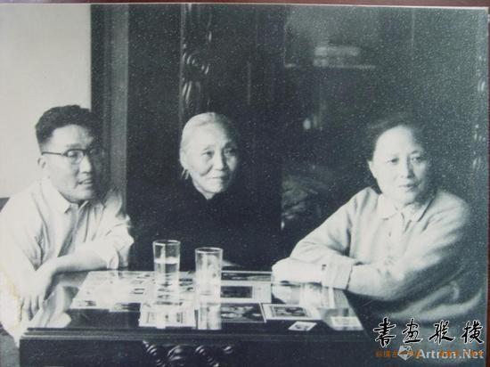 1940年代,钱君匋与母亲程雪珍、夫人陈学鞶的合影