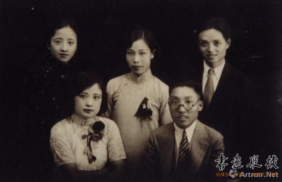 1933年,新婚时钱君匋夫妇与朋友合影